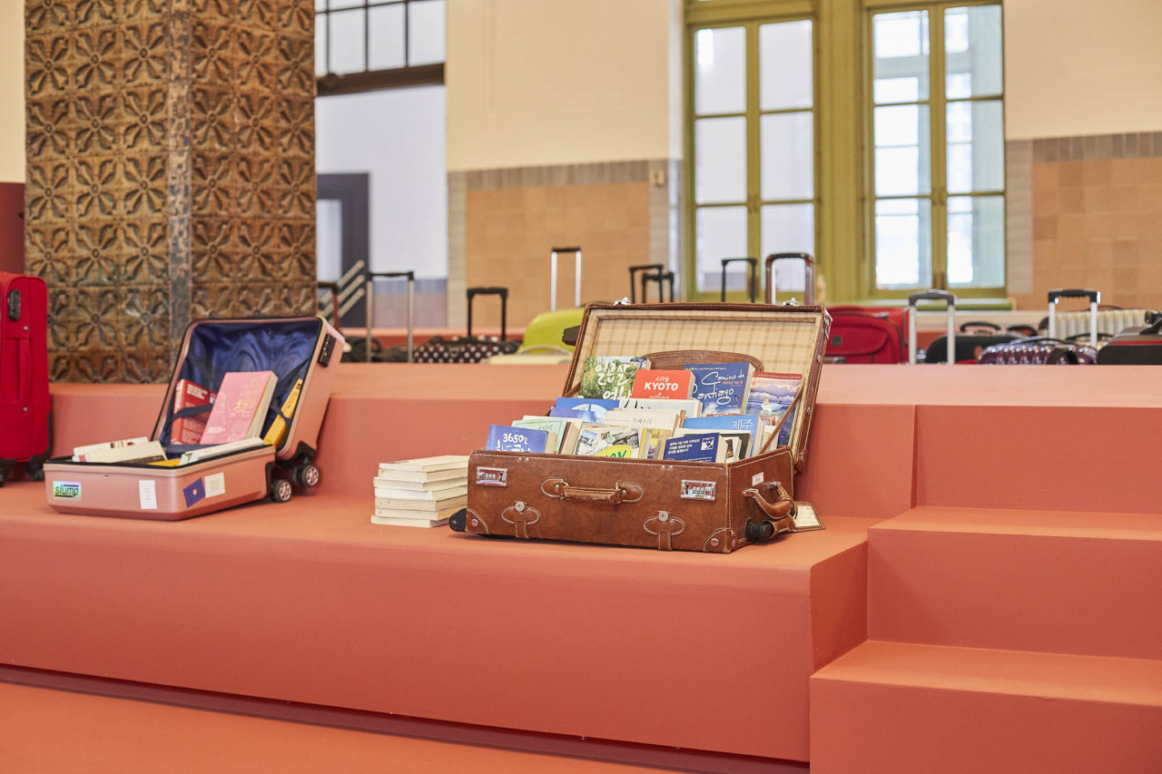 Suitcases filled with books are on exhibition at Culture Station Seoul 284. (Kim Jan-dee / Culture Station Seoul 284)