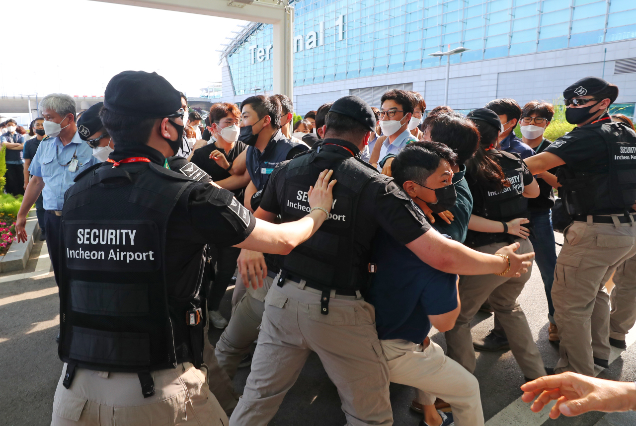 Incheon International Airport Corp. employees protest Monday against CEO Koo Bon-hwan, as the company plans to offer permanent positions to over 1,900 contract or part-time workers. The move has been criticized by many as reverse discrimination. (Yonhap)