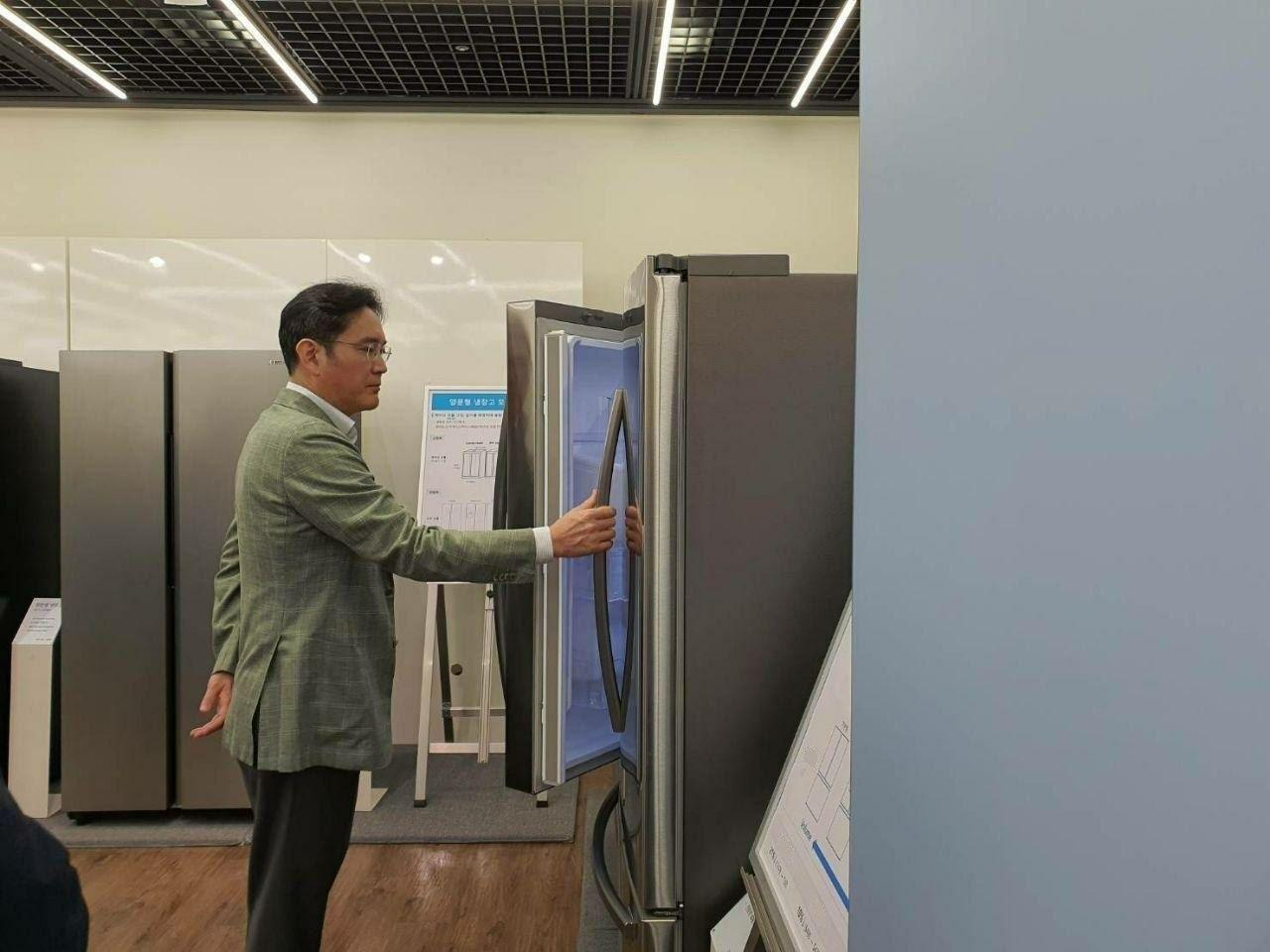 Samsung heir Lee Jae-yong opens a refrigerator at a showroom at the consumer electronics headquarters in Suwon, Gyeonggi Province, on Tuesday. (Samsung Electronics)