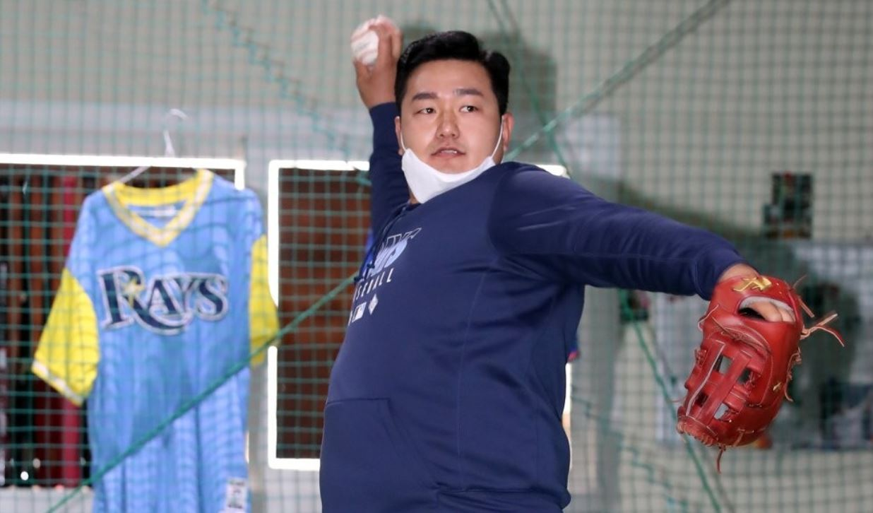 Tampa Bay Rays' South Korean first baseman Choi Ji-man, who has been training in his home country since April, left for the United States Tuesday to rejoin his club.A source close to Choi said Tuesday the player will continue to work out on his own until there's more clarity regarding the start of the 2020 Major League Baseball (MLB) season.In this file photo from April 13, 2020, Choi Ji-man of the Tampa Bay Rays plays catch at a private baseball academy run by his brother in Incheon, 40 kilometers west of Seoul. (Yonhap)