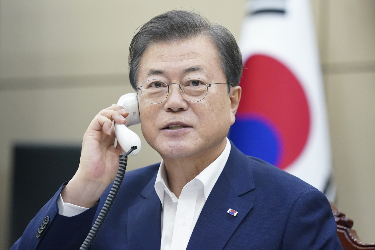 South Korean President Moon Jae-in talks over the phone with Turkish President Recep Tayyip Erdogan on Tuesday. (Yonhap)