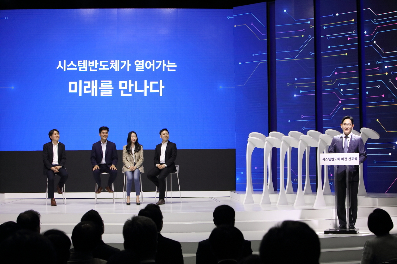 Sebastian Seung (second from left) listens to Samsung heir Lee Jae-yong's presentation on the 2030 vision for system-on-chips in 2019. (Samsung Electronics)