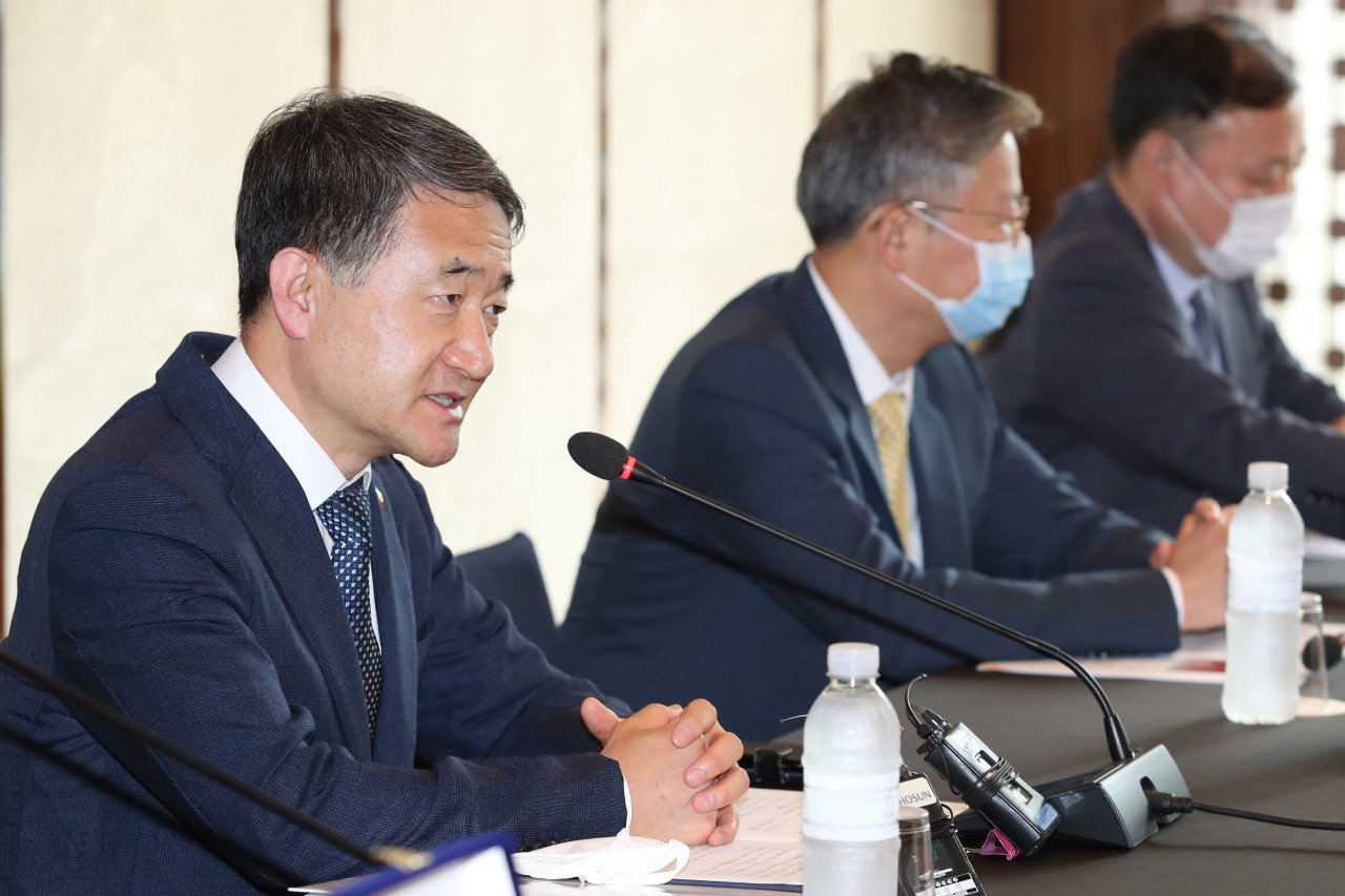 Minister of Health Park Neung-hoo speaks during a June 19 meeting with hospital officials to discuss operations of COVID-19 treatment centers, which house patients with mild case of the disease. (Yonhap)