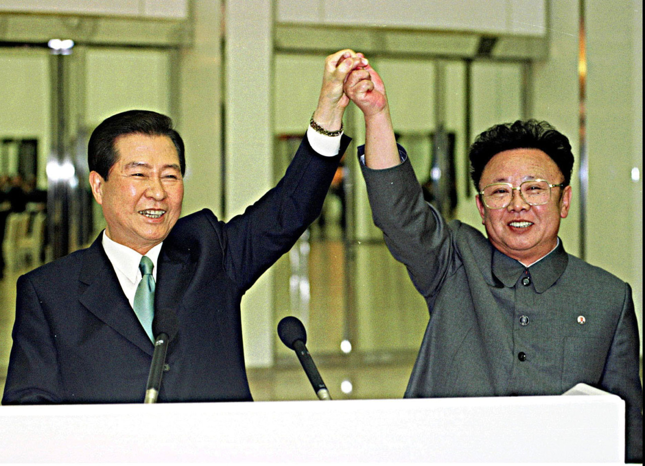 South Korean President Kim Dae-jung (left) meets North Korean leader Kim Jong-il in Pyongyang in 2000.