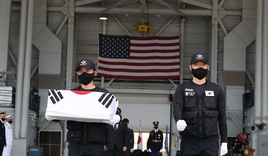 Members of South Korea`s Agency for KIA Recovery & Identification carry flag-draped caskets of war dead remains at Joint Base Pearl Harbor-Hickam in Hawaii on June 23, 2020 in this photo provided by the Defense Media Agency provided this photo. (Yonhap)