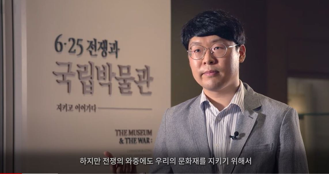 """National Museum of Korea curator Kang Min-kyeong, who planned and organized the special exhibition marking the 70th anniversary of the Korean War titled """"The Museum&The War"""" (NMK YouTube Screenshot)"""