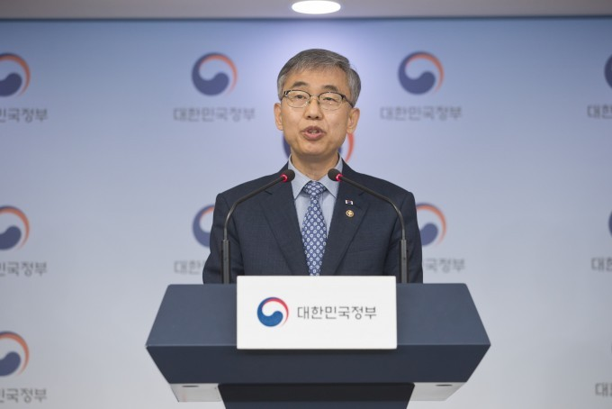 Kim Sung-soo, the ICT Ministry's vice minister for Science, Technology and Innovation, speaks during a briefing at Government Complex Seoul in Gwanghwamun, central Seoul, Friday. (Yonhap)