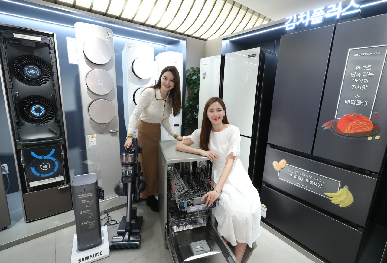 Models promote a discount event for home appliances at a local department store. (Yonhap)