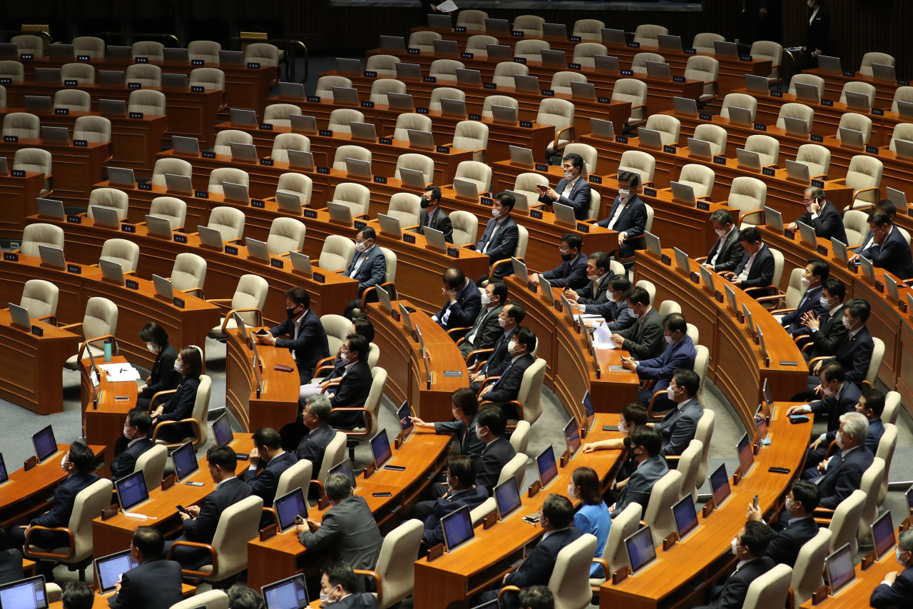 Lawmakers of the ruling Democratic Party of Korea and Open Democratic Party cast votes to elect chairs for parliamentary standing committees, despite the absence of the main opposition United Future Party, during a plenary session of the National Assembly on Monday. (Yonhap)