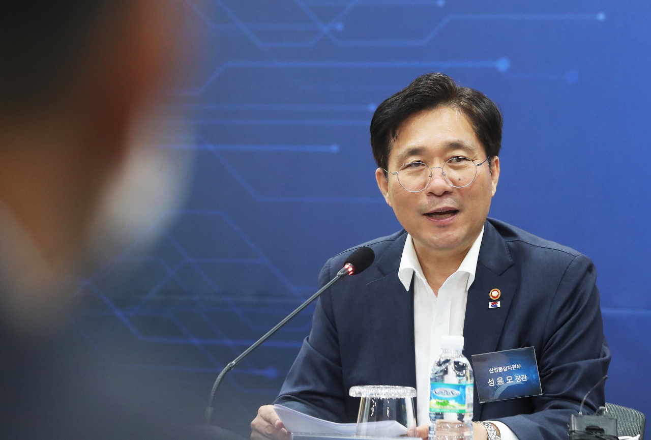 South Korea's Industry Minister Sung Yun-mo speaks during a press conference held to celebrate the opening of an innovation center dedicated to nurture local fabless companies and system semiconductor developers in Pangyo, Geyonggi Province. (Yonhap)