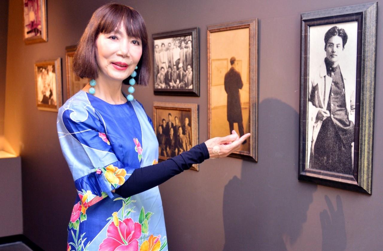 Park In-sook, daughter of Park Soo-keun, poses in front of her father's photograph exhibited at the Park Soo Keun Museum. (Park Hyun-koo/The Korea Herald)
