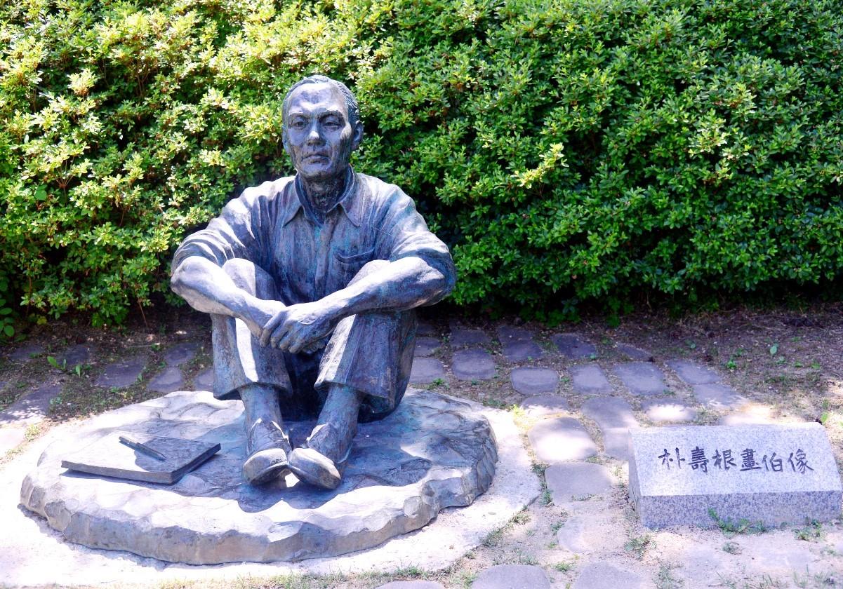 A bronze statue of Park Soo-keun sits at the museum. (Park Hyun-koo/The Korea Herald)