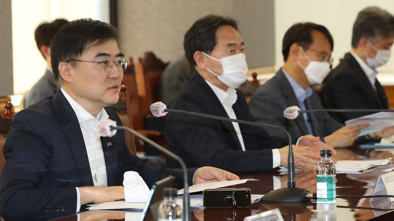 Financial Services Commission Vice Chairman Sohn Byung-doo (left) speaks during a meeting held Tuesday at the Korea Federation of Banks headquarters in Seoul. (Yonhap)