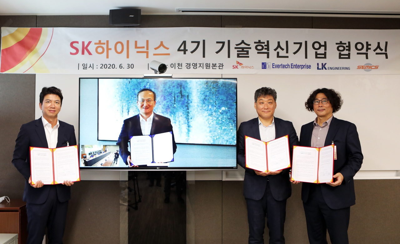 SK hynix CEO Lee Seok-hee (second from left) holds a certificate and poses with the CEOs of Semics, LKN and Evertech Enterprise during a remote ceremony held at the company's headquarters in Icheon, Gyeonggi Province, on Tuesday. (SK hynix)