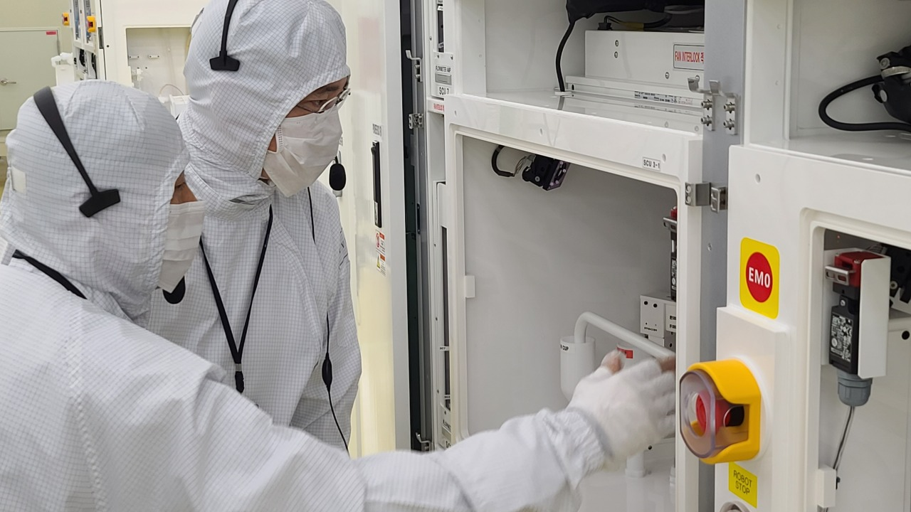 Samsung heir checks on semiconductor equipment on Tuesday. (Samsung Electronics)