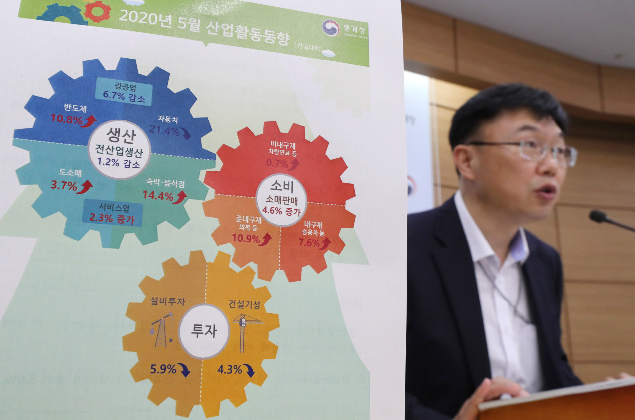 Ahn Hyung-joon, a senior official at Statistics Korea explains the latest data during a press briefing held at the Sejong government complex on Tuesday. (Yonhap)