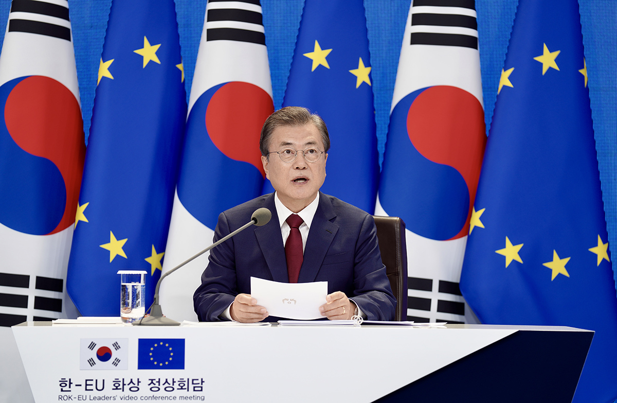 President Moon Jae-in holds a teleconference summit meeting with President of the European Council Charles Michel and European Commission president Ursula von der Leyen on Tuesday. (Cheong Wa Dae)