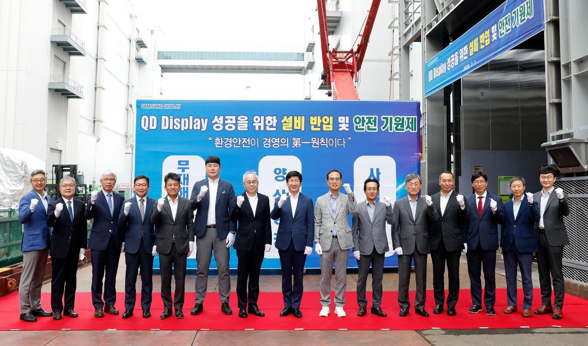Samsung Display CEO Lee Dong-hoon (eigth from left) participates in the ceremony held on Wednesday celebrating the beginning of the QD equipment installment at the company's Asan plant in South Chungcheong Province. (Samsung Display)