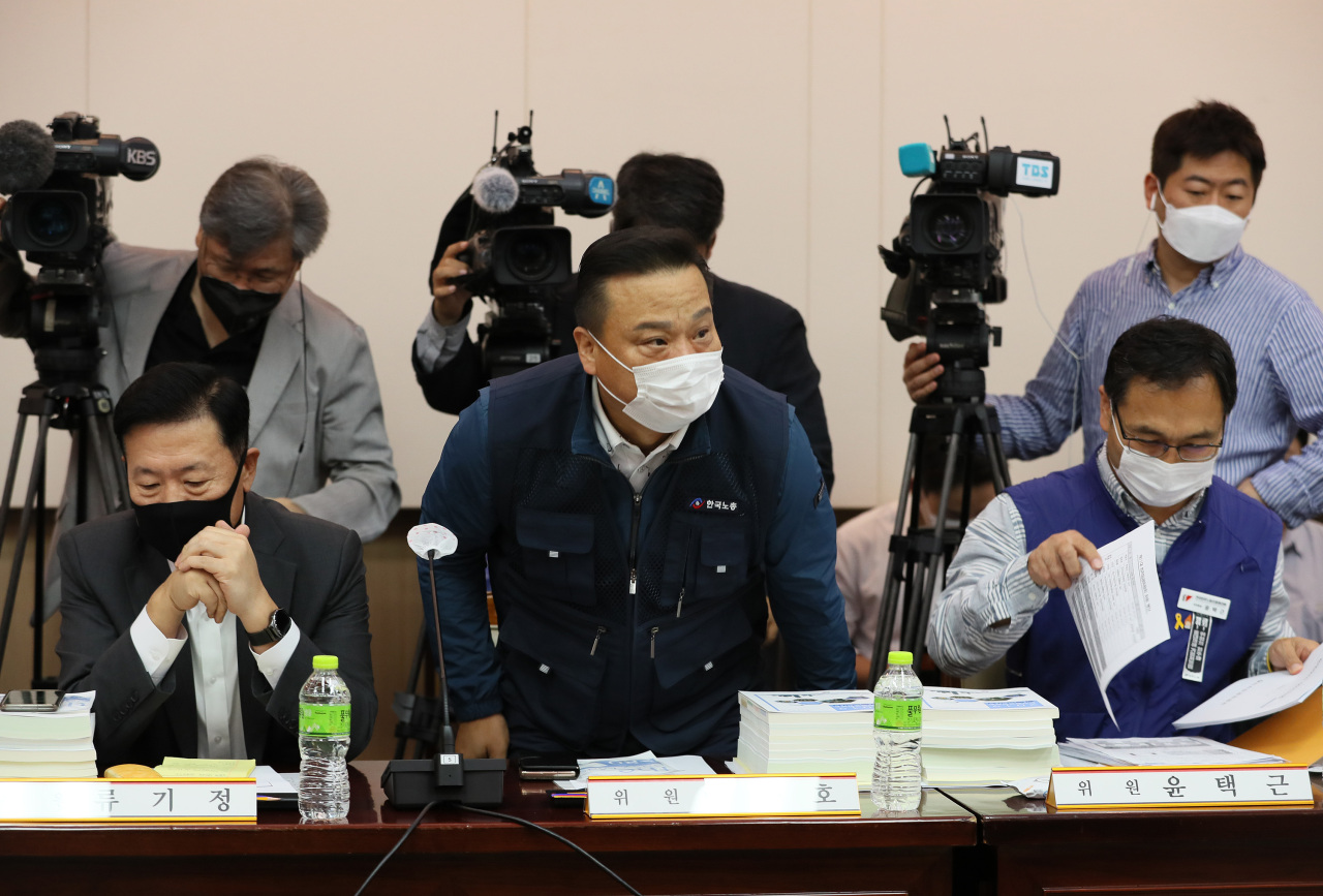 Participating members of the Minimum Wage Council are in discussion during the 4th plenary session held Wednesday in Seoul. Labor representatives proposed a 16.4 percent hike for next year's minimum wage to 10,000 won, while the business circle demanded a 2.1 percent cut to 8,410 won. (Yonhap)