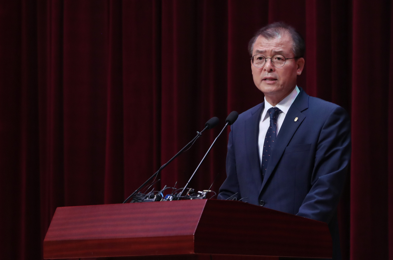 Financial Supervisory Service Deputy Gov. Jung Sung-woong gives a brief on the watchdog's decision to advise banks and brokerages to fully return the principal investments to customers they missold Lime Asset Management funds to. (Yonhap)