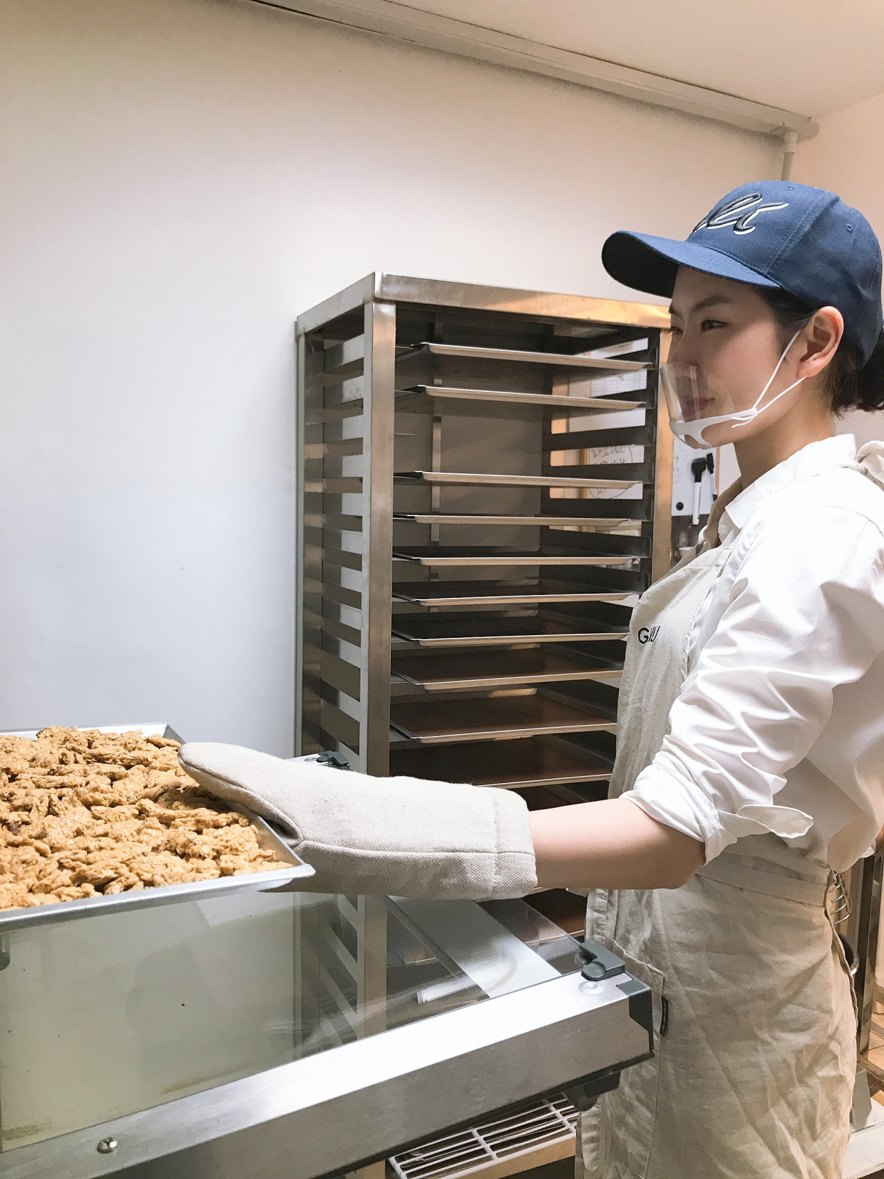 Lim Ji-young, CEO of Modern Guru, cooks her granola. (Modern Guru)