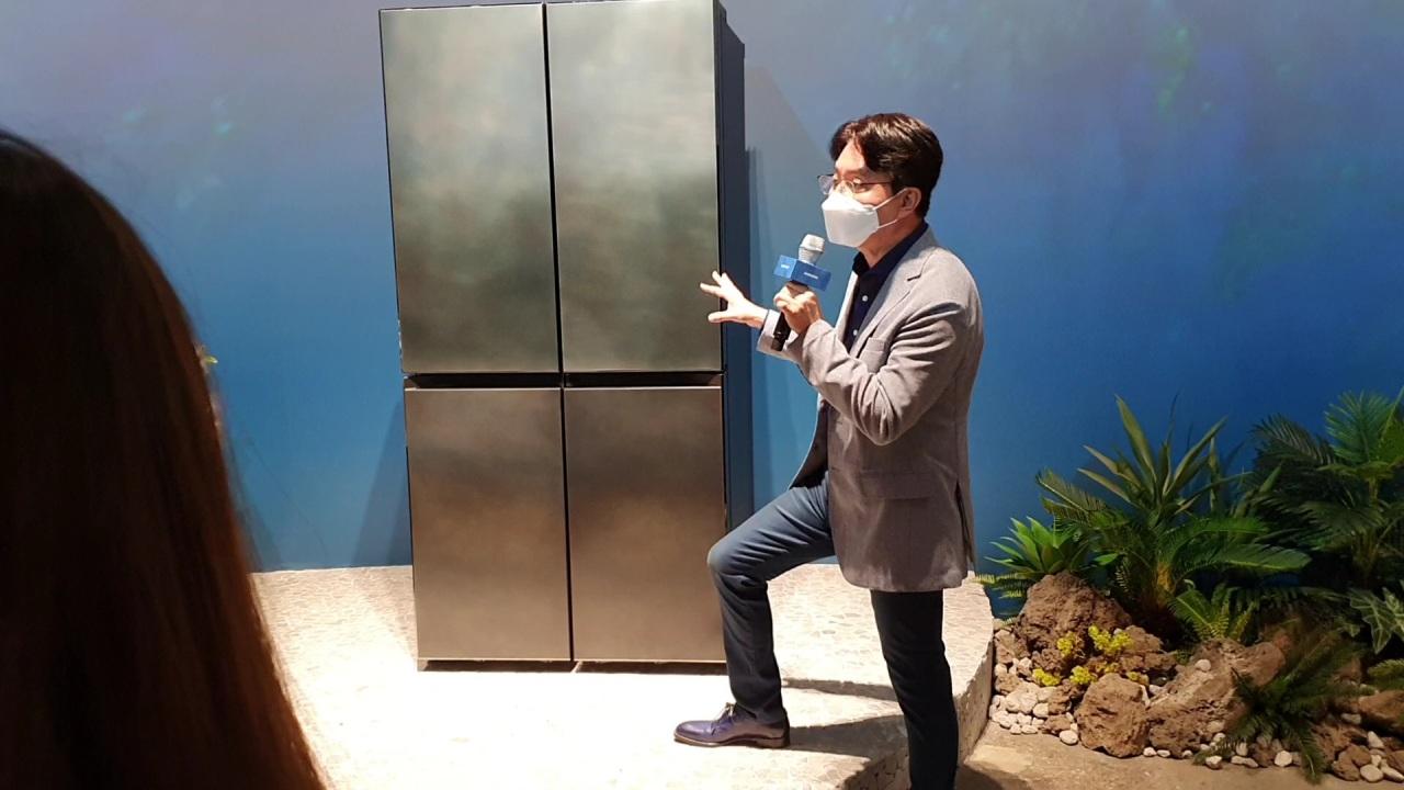 Head of design team Harry Choi describes refrigerator's design (Kim Byung-wook/The Korea Herald)