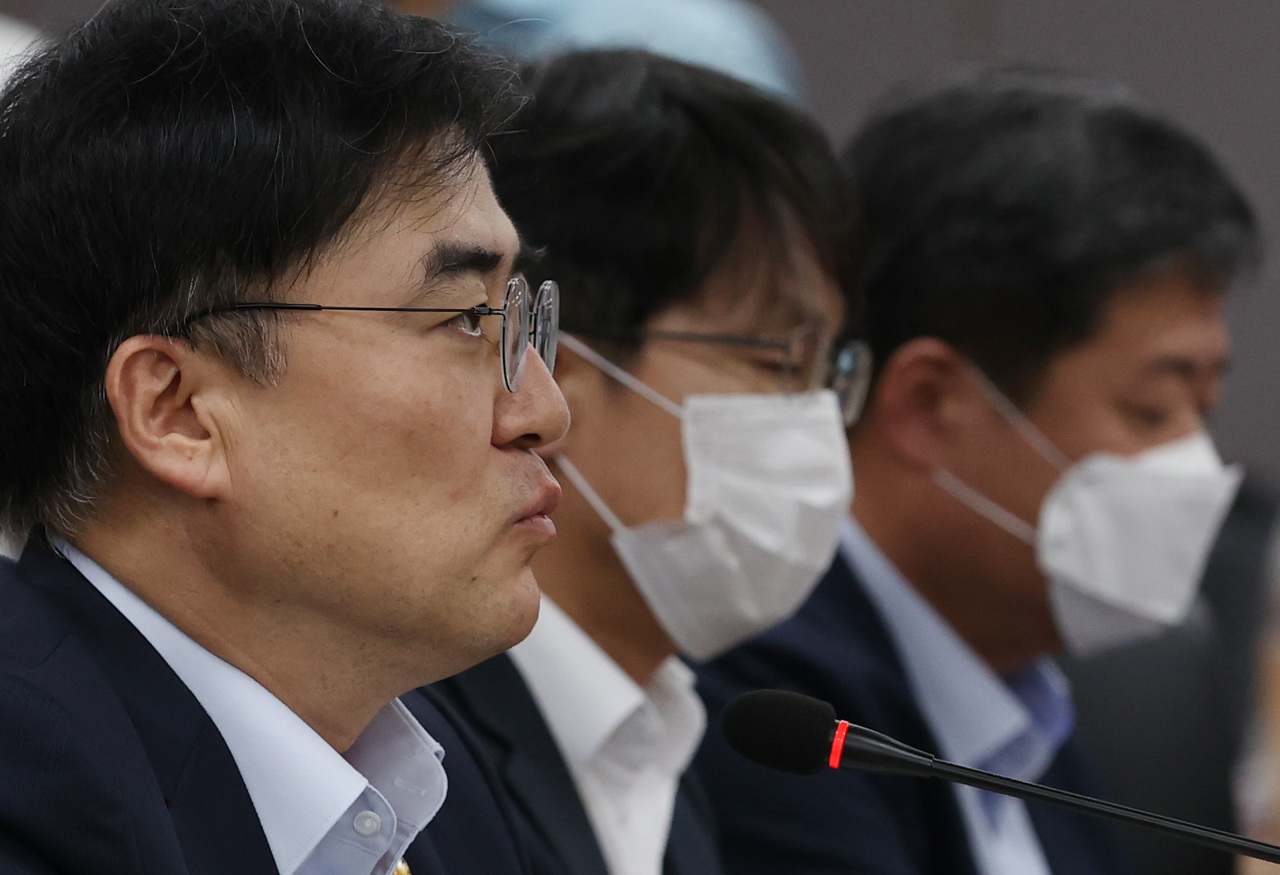 FSC Vice Chairman Sohn Byung-doo speaks at a meeting with high-ranking officials of financial authorities and related institutions held at the Central Government Complex Seoul on Thursday. (Yonhap)