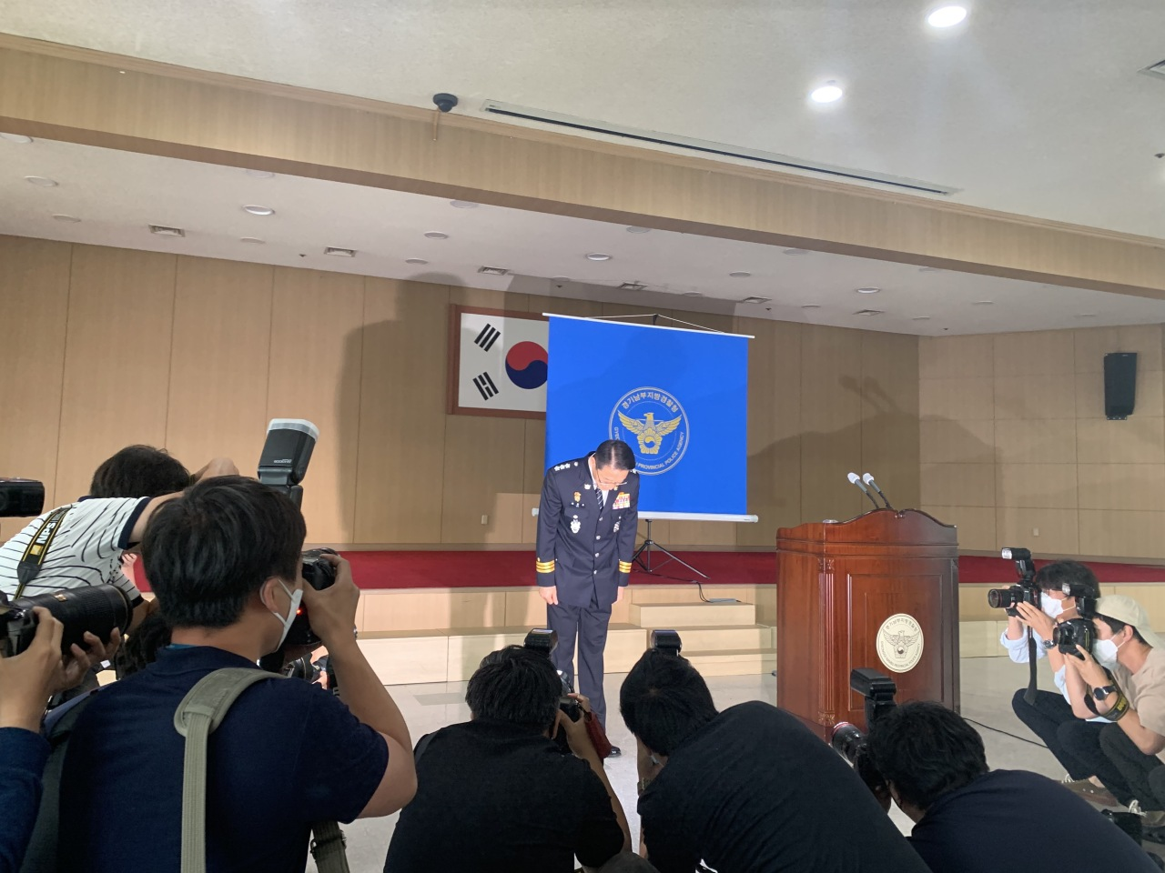 Gyeonggi provincial police agency`s chief Bae Yong-ju takes a deep bow in a Thursday briefing as he offers apology to victims of police brutality. (Kim Arin/The Korea Herald)
