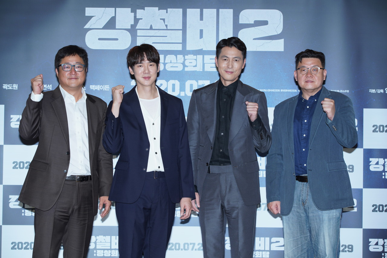 """Lead actors of """"Steel Rain 2: Summit"""" (from left) Kwak Do-won, Yoo Yeon-seok and Jung Woo-sung and director Yang Woo-seok pose for pictures during the film's press conference held on Thursday. (Lotte Entertainment)"""