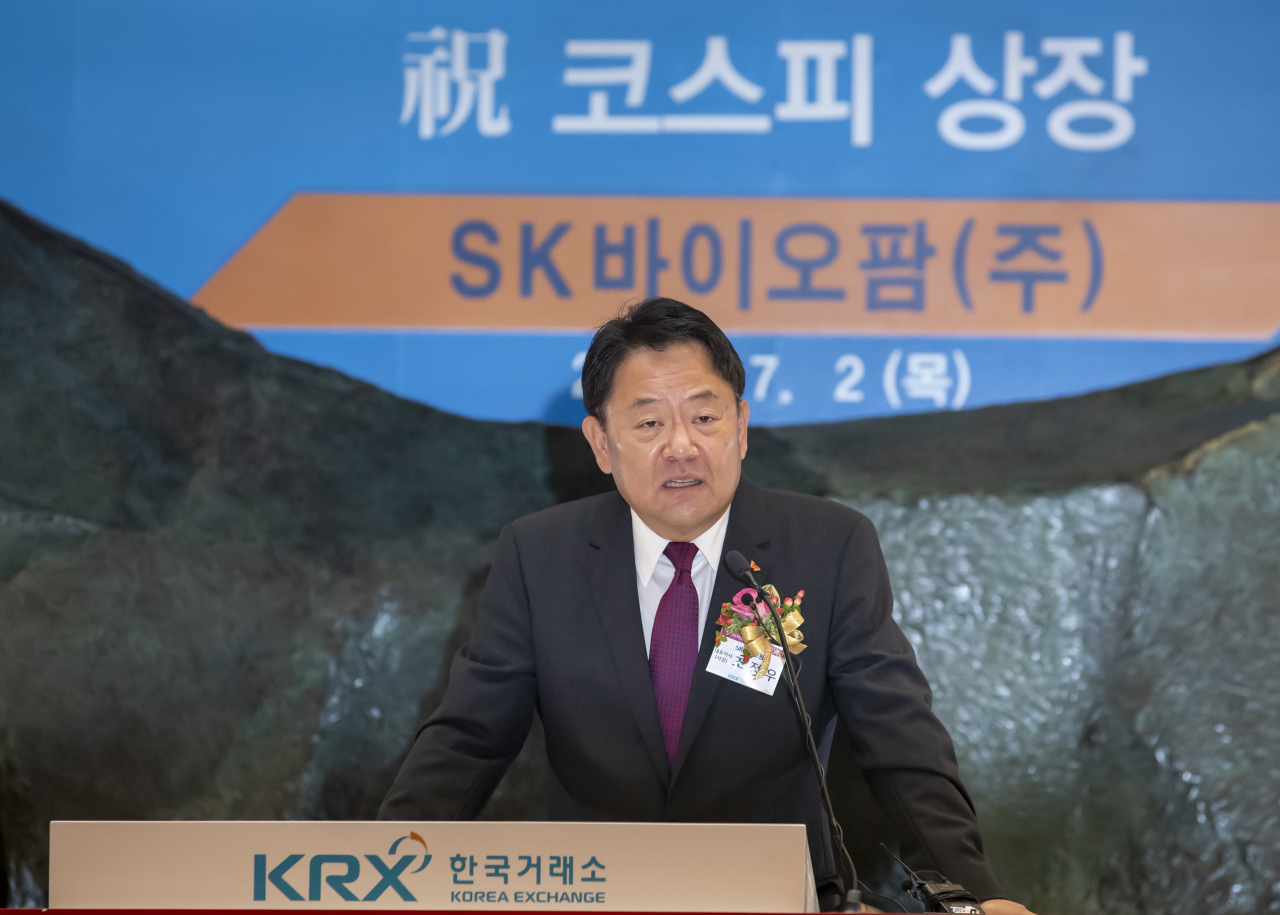 SK Biopharmaceuticals CEO Cho Jeong-woo expresses his gratitude during the bio firm's stock market listing ceremony at the KRX headquarters building in Seoul on Thursday. (KRX)