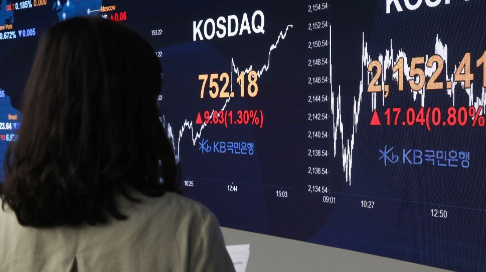 Indexes at a commercial bank's dealing room in Seoul on Friday show that Korea's stock market has quickly rebounded since late March despite COVID-19. The six-month ban on short selling is scheduled to be lifted in September. (Yonhap)