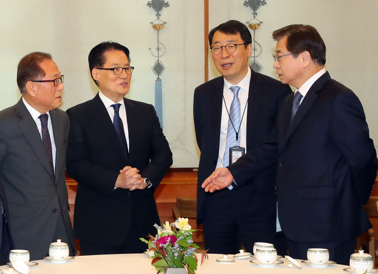 President Moon Jae-in appointed Park Jie-won (second from left) as the new director of the National Intelligence Service and Suh Hoon (right) as the director of the National Security Office. (Yonhap)