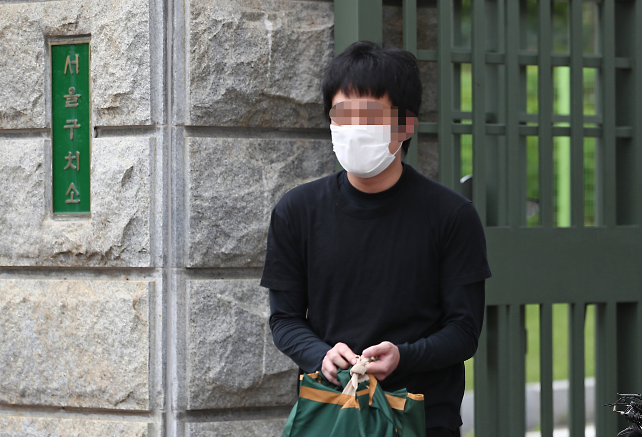 Son Jong-woo walks free Monday from a detention center in Seoul after a local court ruled not to extradite him to the US earlier in the day. Son is the master mind behind the US-based child porn website, Welcome to Video, which contained more than 250,000 videos, or around 8 terabytes of child pornography. (Yonhap)
