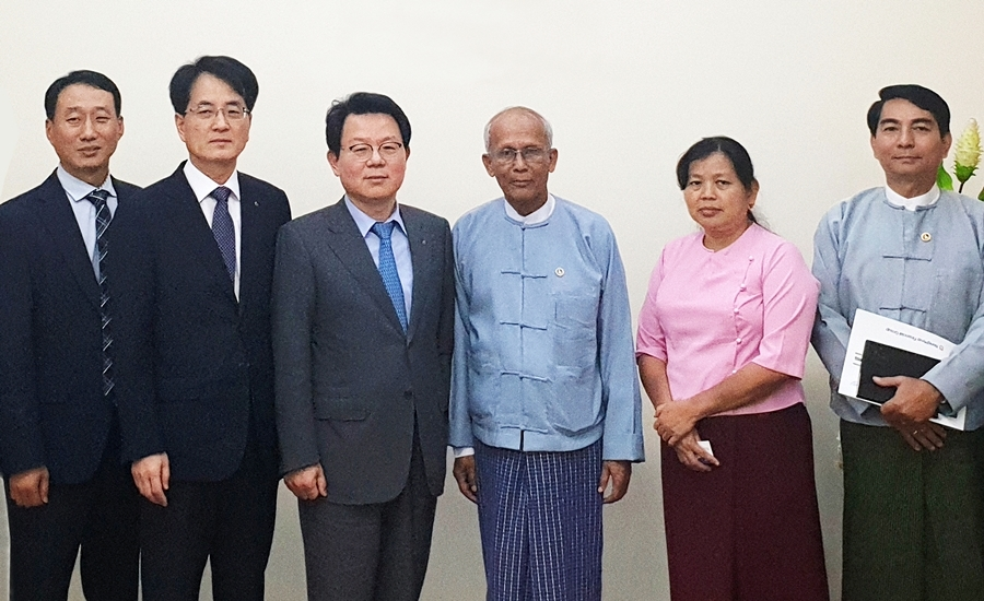 NH Financial Group Chairman Kim Kwang-soo, third from left, NongHyup Bank CEO Son Byung-hwan, second from left, poses for a photo alongside Myanmar officials in February 2019. (NH NongHyup Bank)