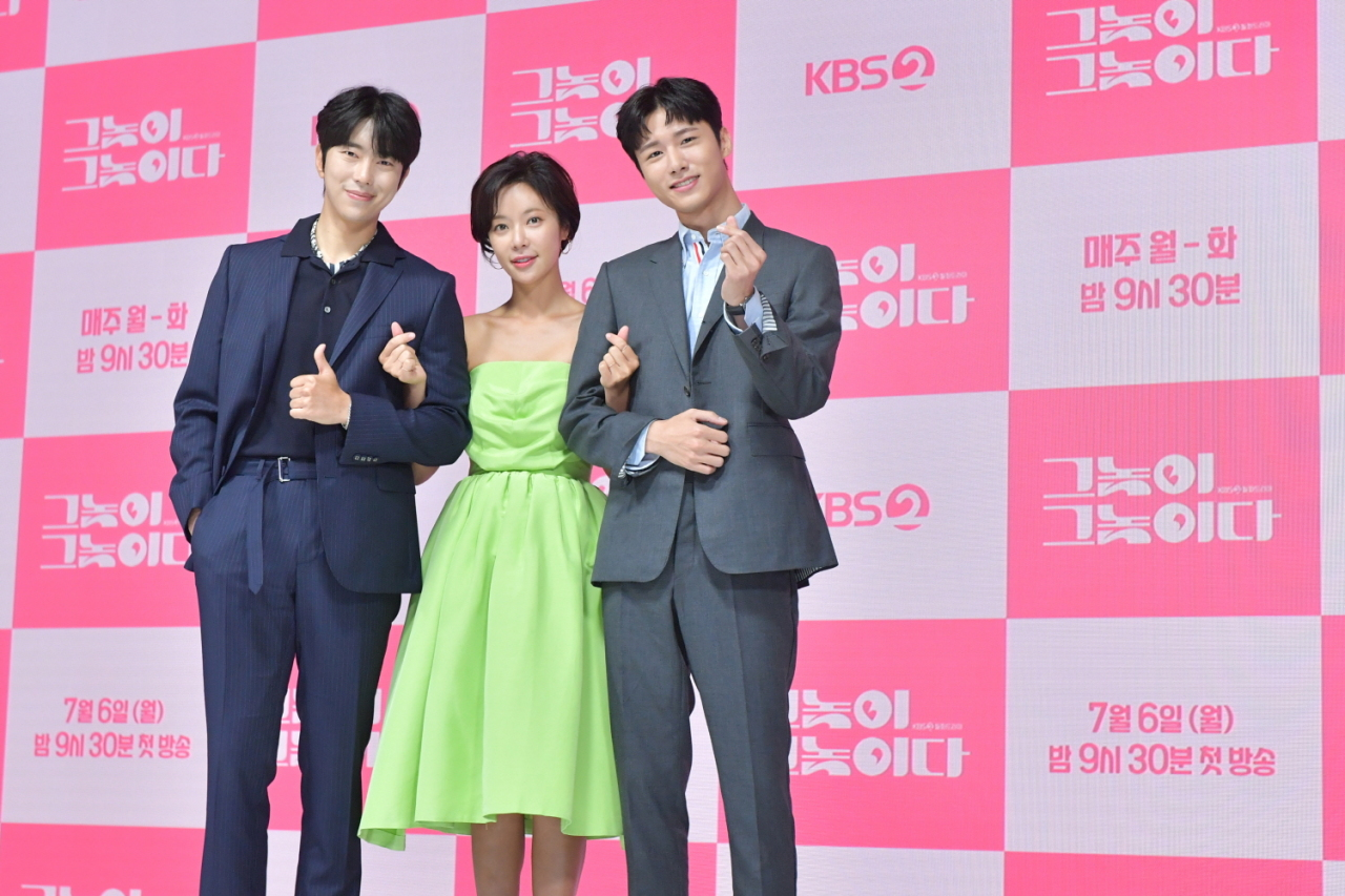 "Lead cast members of ""Men are Men"" -- from left: Yoon Hyun-min, Hwang Jung-eum and Seo Ji-hoon -- pose for photos during a promotional event for ""Men are Men"" on Monday. (KBS)"