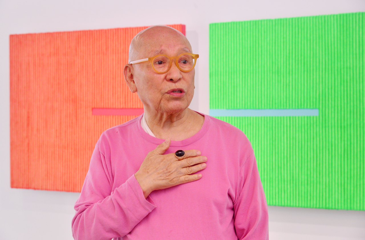 Park Seo-bo speaks in front of his color Ecriture series at Gizi Art Base in Seodaemun-gu, Seoul. (Park Hyun-koo/The Korea Herald)