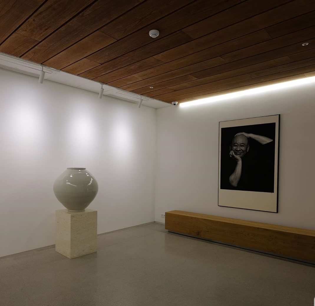 The Korean moon jar is displayed at the entrance hall in the Gizi Art Base. (Courtsey of the artist)