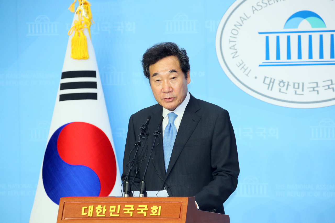 Rep. Lee Nak-yon announces his bid for the chairmanship of the ruling Democratic Party of Korea during a press conference at the National Assembly in Yeouido, Seoul, on Tuesday. (Yonhap)