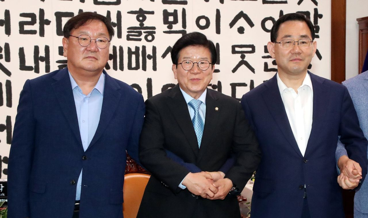 National Assembly Speaker, Rep. Park Byeong-seug mediates a meeting between the floor leaders of the Democratic Party and the United Future Party -- Rep. Kim Tae-nyeon and Rep. Joo Ho-young -- on June 28, 2020. (Yonhap)