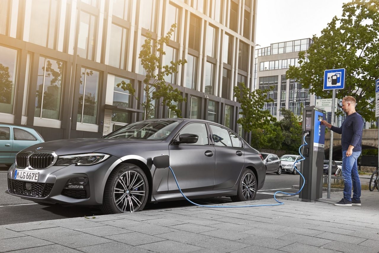 BMW 330e plug-in hybrid (BMW Korea)