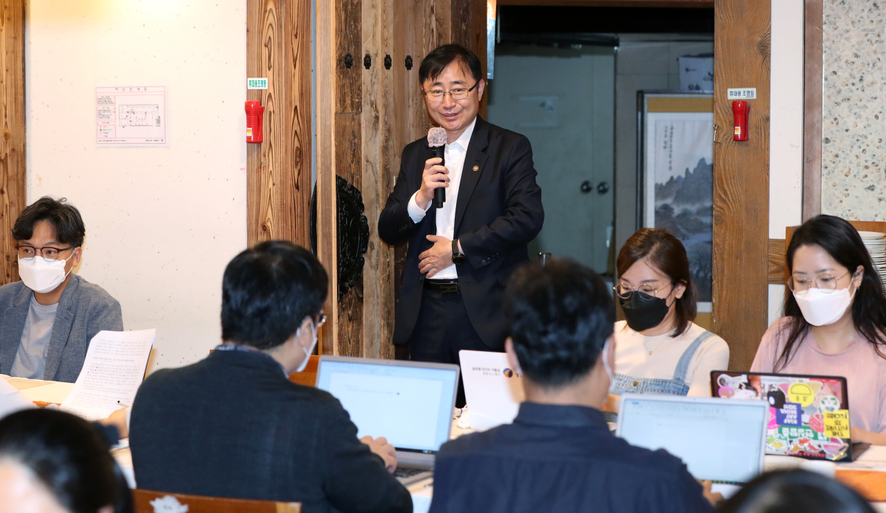 Oh Yeong-woo, first vice minister of Culture Ministry, explains about plans for the third extra budget during a press conference held in Gwanghwamun, central Seoul, on Wednesday. (Yonhap)