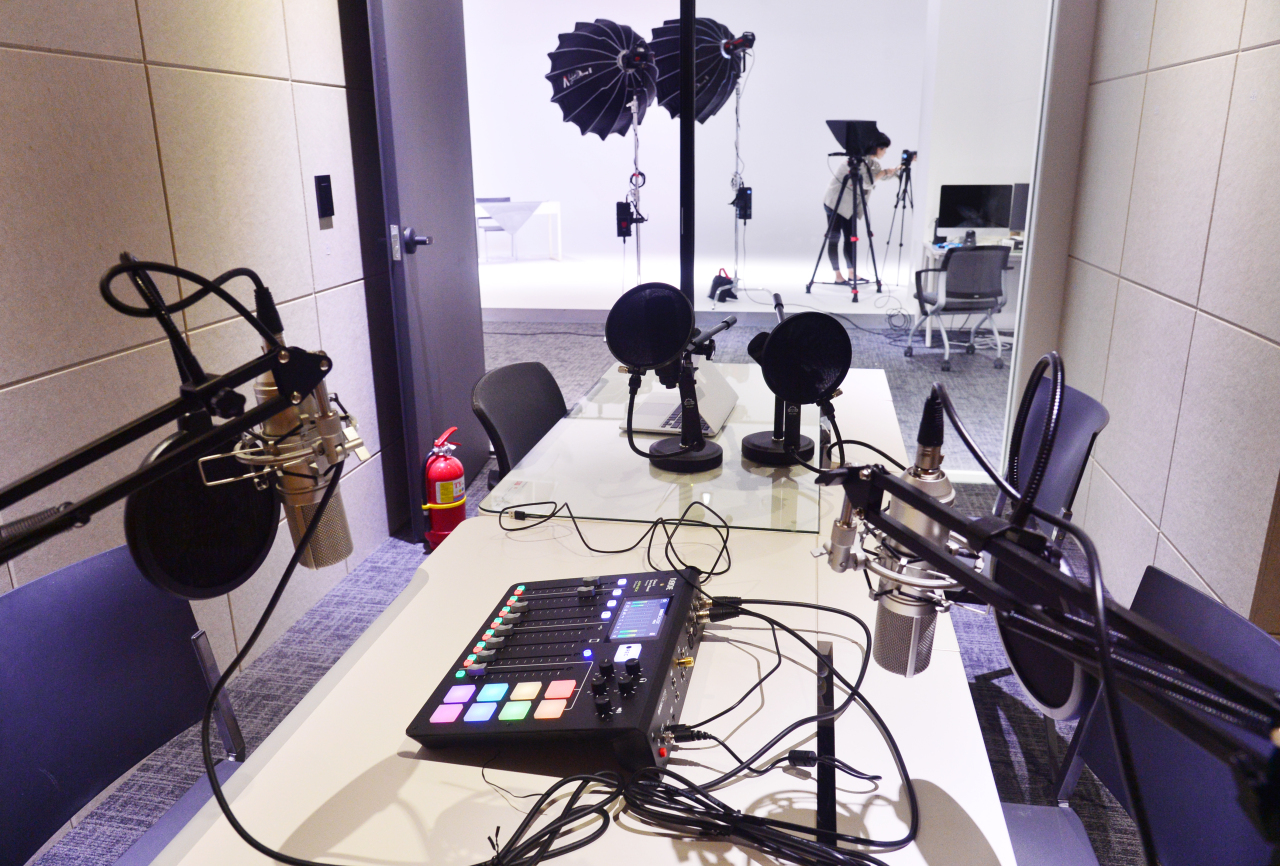 The C studio with four microphones set up at Herald Square. (Park Hyun-koo/The Korea Herald)