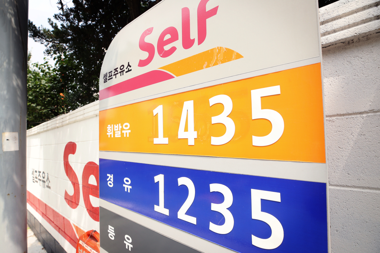 A signboard at a self-service gas station in Seoul shows the recent rebound in gasoline prices on July 5. While the nationwide barometer climbed to 1,359.67 won per liter as of July 8, prices in Seoul hover over 1,400 won. (Yonhap)