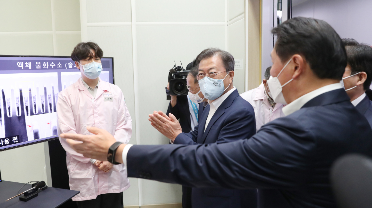 President Moon Jae-in tours the hydrogen fluoride manufacturing facility at SK hynix's plant in Icheon, Gyeonggi Province (Yonhap)