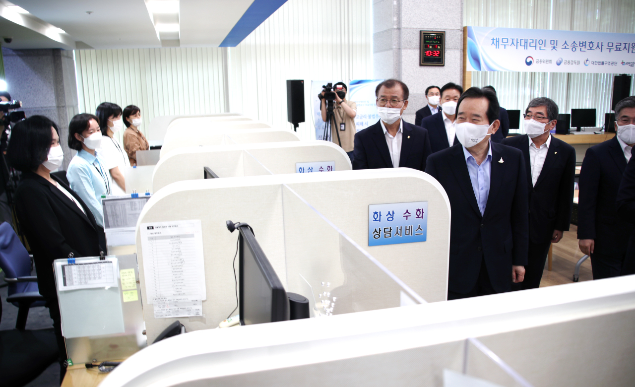 Prime Minister Chung Sye-kyun on Thursday visits the FSS' counseling center set up to respond to consumer damages caused by unregistered private lending. (Yonhap)