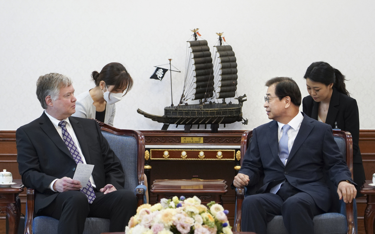 US Deputy Secretary of State Stephen Biegun (left) meets with Suh Hoon, the new national security adviser, at Cheong Wa Dae on Thursday. (Yonhap)