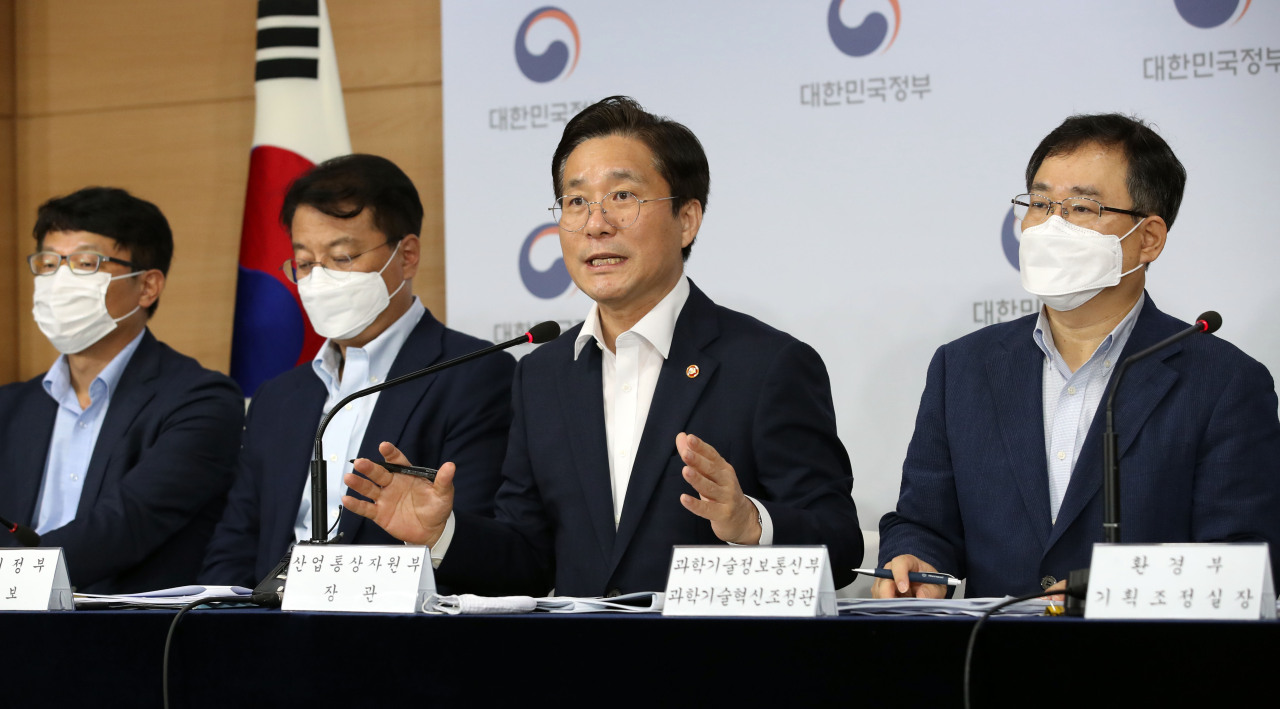 Industry Minister Sung Yun-mo speaks during a briefing held at the government complex in Seoul, Wednesday (Yonhap)