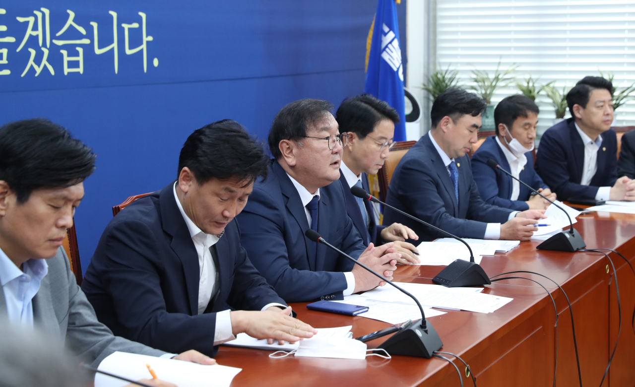 Ruling Democratic Party lawmakers including floor leader Rep. Kim Tae-nyeon (third from left) hold a policy meeting on Thursday. Yonhap