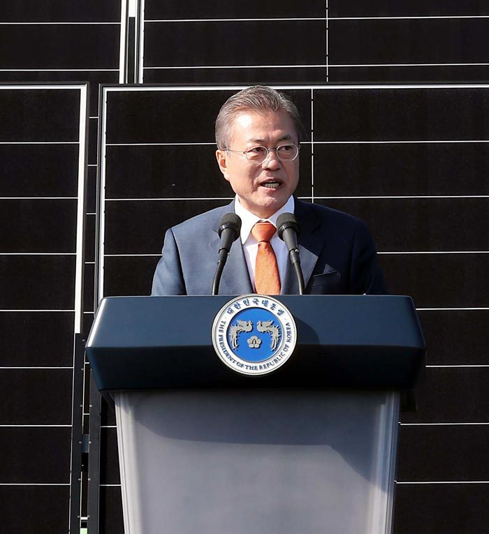 President Moon Jae-in gives a speech pledging to make the world's biggest solar power plant in Saemangeum area in Gunsan, North Jeolla Province, on Oct. 30, 2018. (Yonhap)