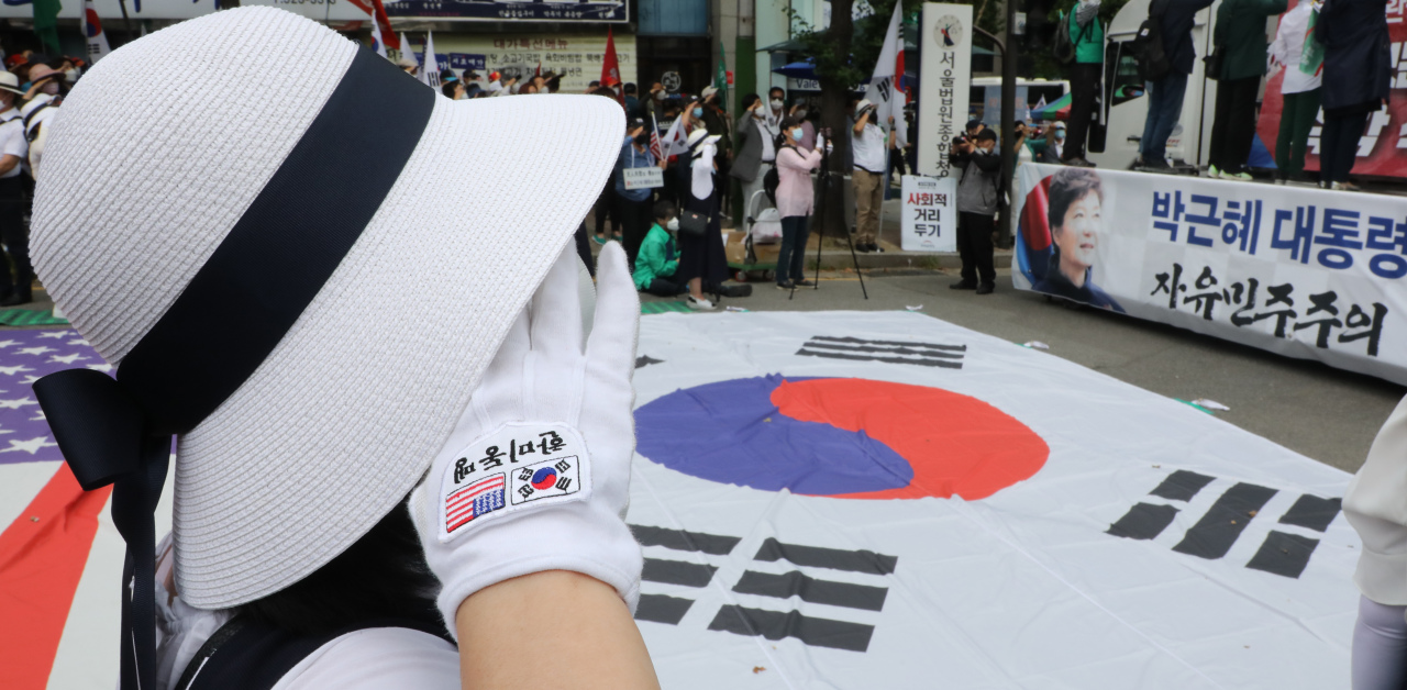 Sympathizers rally in support for ex-president Park Geun-hye in front of the appellate court in Seoul on Friday. (Yonhap)